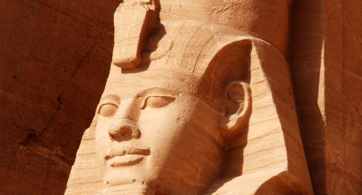 Estatua colosal de Ramsés II, en el templo egipcio de Abu Simbel