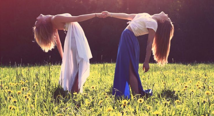 Dos chicas bailando