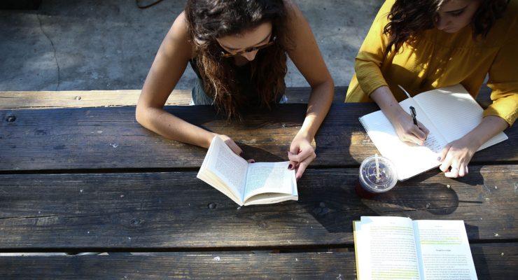 Chicas leyendo y escribiendo