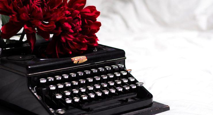 Máquina de escribir con flores