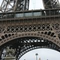 Vista de la planta inferior de la Torre Eiffel, París