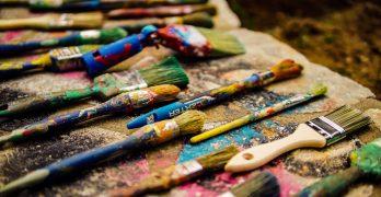 Brochas, pinceles y pintura