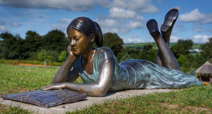 Estatua de chica leyendo