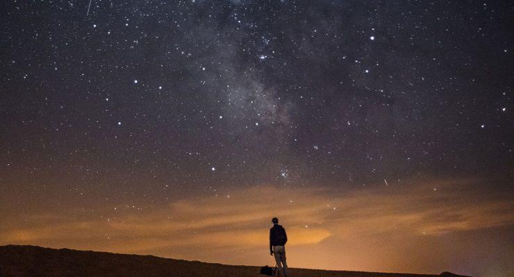 Hombre bajo las estrellas