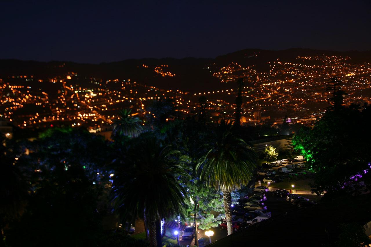 Vista nocturna de Funchal, capital de Madeira, desde la habitación del hotel