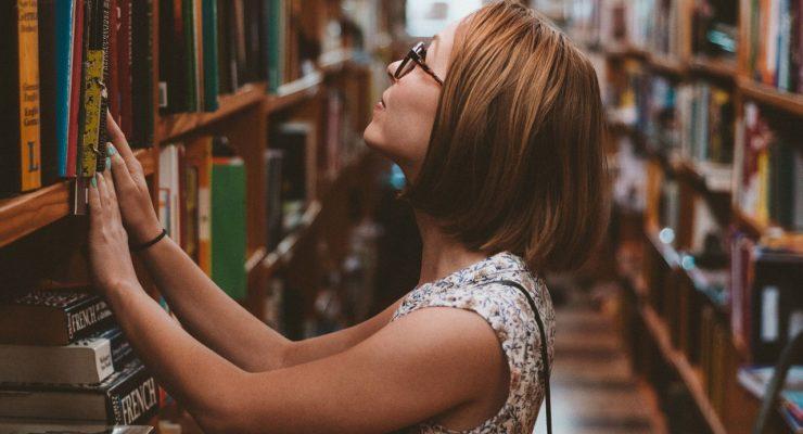 Chica buscando libros