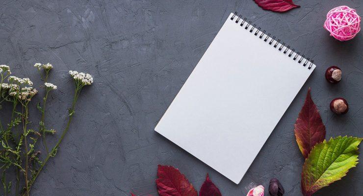 Cuaderno y flores