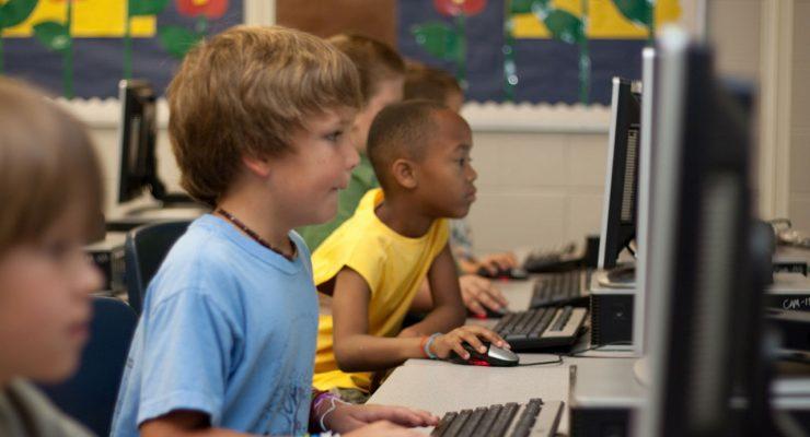 Niños con ordenadores