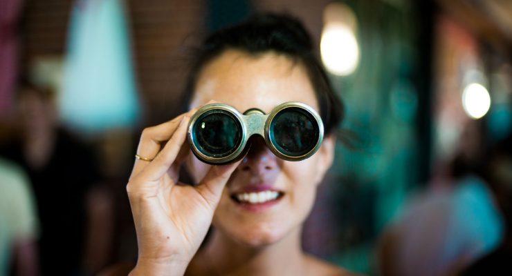 Mujer con prismáticos de teatro