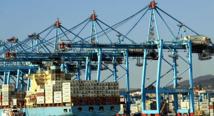 Carga y descarga de mercancías en el puerto de Algeciras