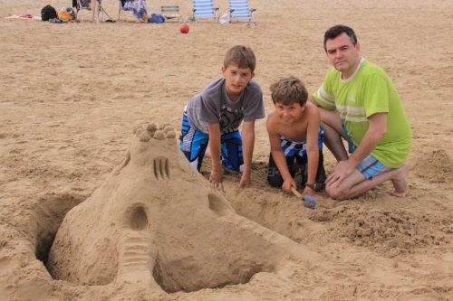 Construyendo un castillo de arena con mis sobrinos Javier y Sergio