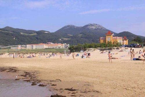 Vista de la playa de Berria, con el penal de El Dueso al fondo