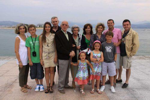 La familia al completo, en el paseo marítimo de Santoña