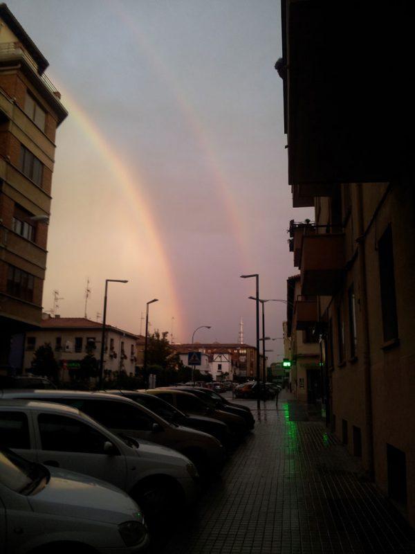 El arco iris, visto desde la calle Aralar
