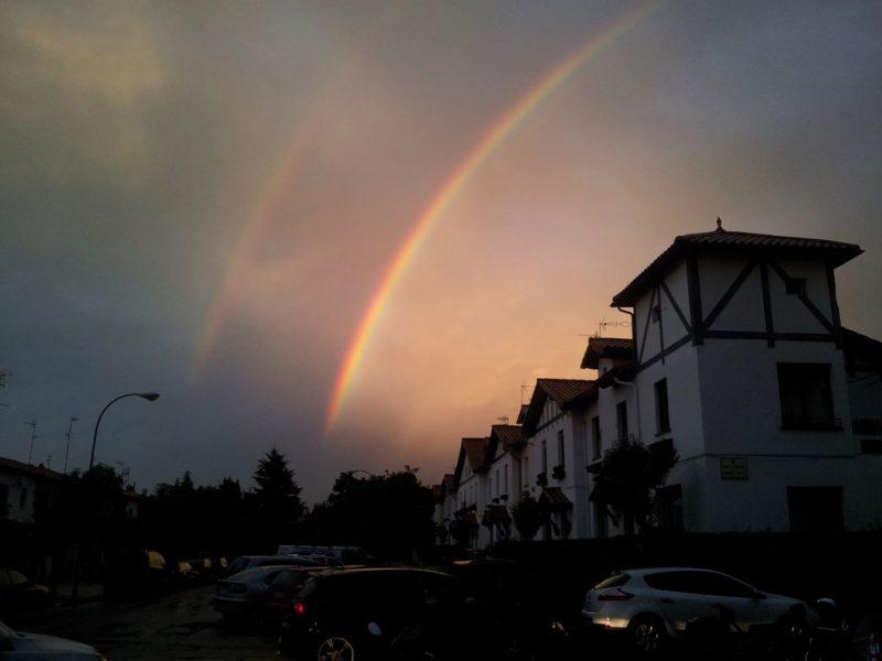 El arco iris, sobre la calle Castillo de Maya