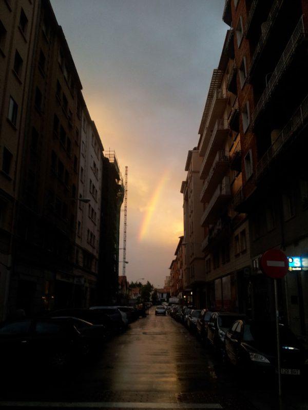 El arco iris, al fondo de la calle Iturralde y Suit