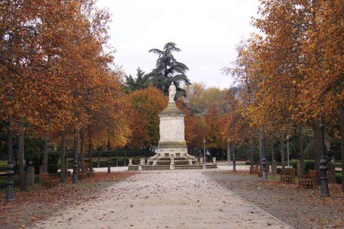 La calle central de la Taconera y la estatua de Gayarre