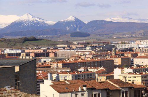 Tejados de Pamplona, con el fondo de Txurregi y Gaztelu