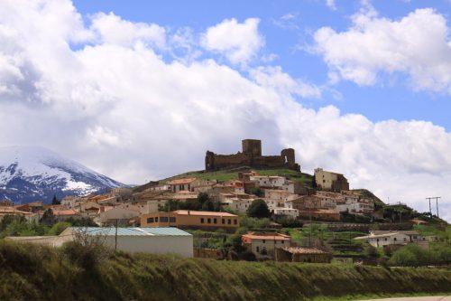 El pueblo de Trasmoz, bajo el Moncayo