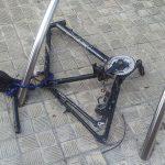 Bicicleta a la que han desmontado las ruedas y el manillar