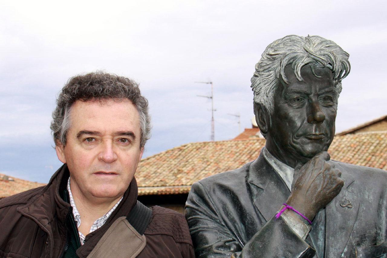 Eduardo Larequi,al lado de la estatua de Ken Follett