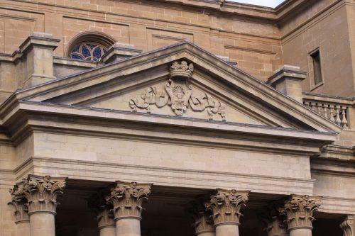 Frontón de la fachada de la Catedral de Pamplona, desde la calle Navarrería