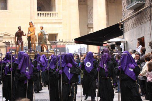 Grupo de mozorros por delante del paso 5, La Flagelación
