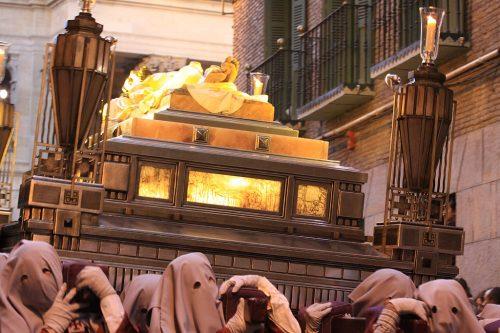 El paso 11, El Sepulcro, muy escorado a su paso por la calle Navarrería