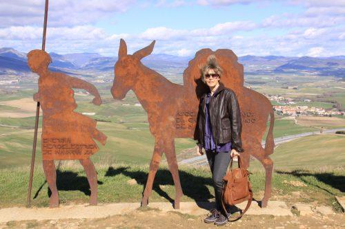 Pilar, ante el Monumento al Peregrino