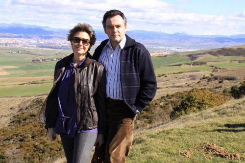Pilar y Eduardo. Al fondo, la cuenca de Pamplona