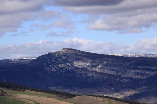 El Cabezón de Echauri y la Sierra de Sarbil. Al fondo, el Treku y San Donato