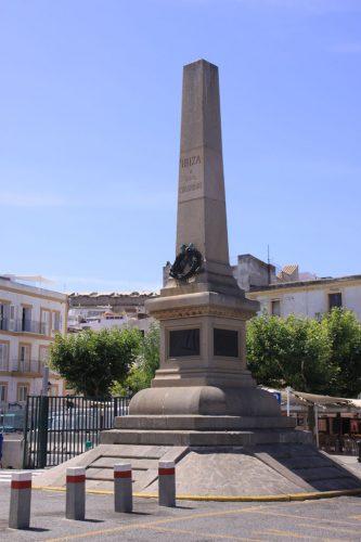 Monumento a los corsarios de Ibiza, en el puerto de la ciudad