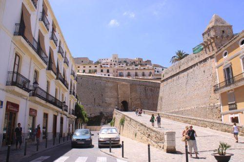 Vista de las murallas y la ciudad vieja, desde la Plaza de la Constitución