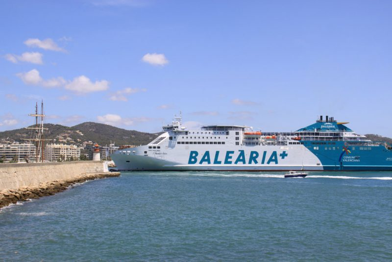 El ferry Martín i Soler, haciendo su entrada en el puerto de Ibiza