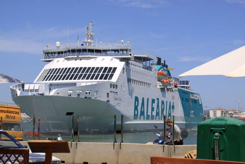El ferry Martín i Soler, por la amura de babor