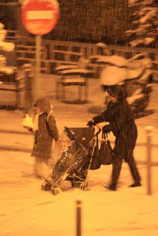 Una familia bajo la nieve