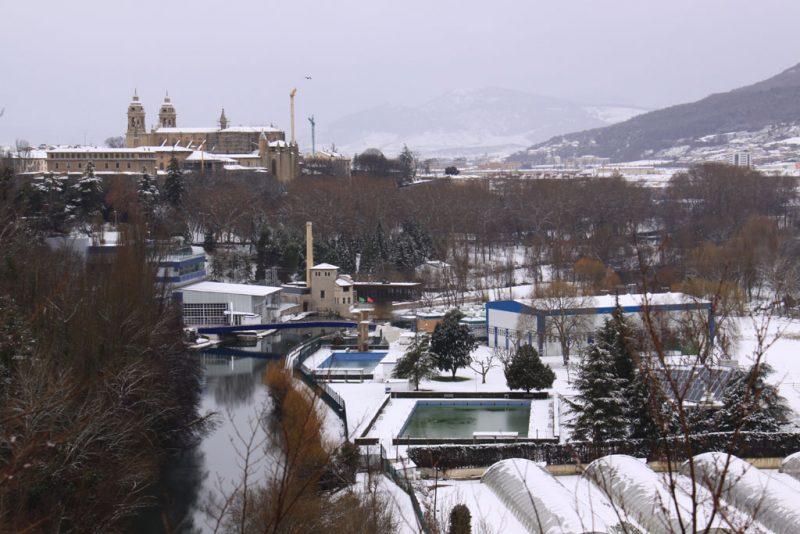Instalaciones del Club Natación, junto al río Arga. Al fondo, la Catedral de Pamplona
