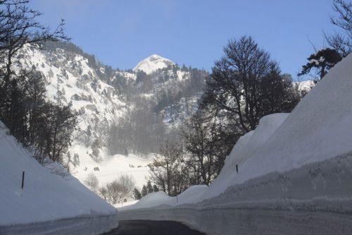 La carretera a su paso por Larra. Al fondo, la mole del Arlas