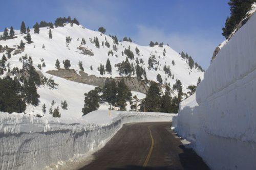 La carretera a su paso por Larra, entre paredes de nieve de varios metros de altura
