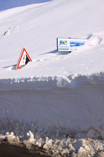 Señales de tráfico, casi ocultas entre la nieve