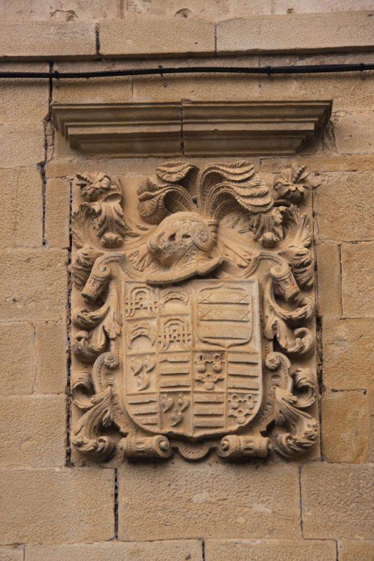 Escudo de armas en una casona de Riezu