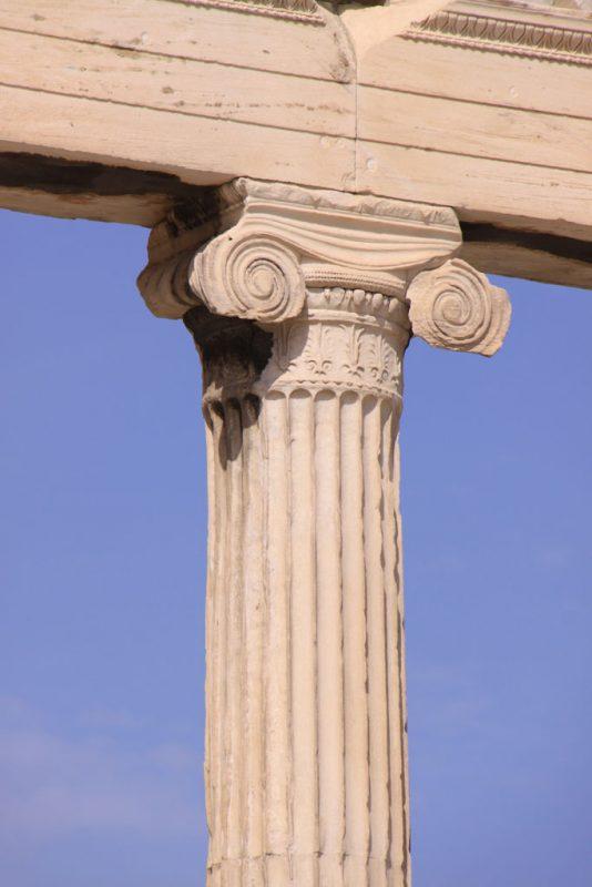 Columna y capitel jónicos en el Erecteión, Acrópolis de Atenas