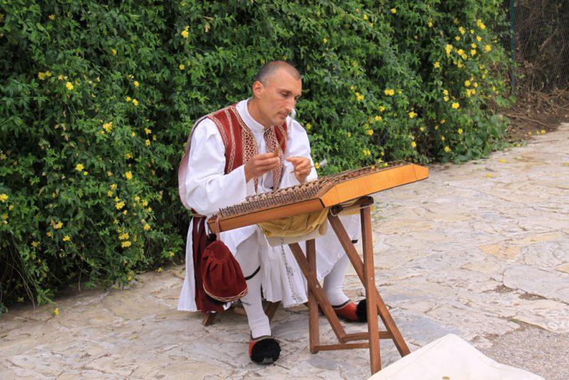 Intérprete de sandouri o címbalo griego