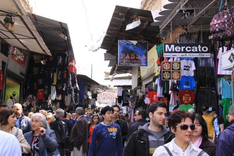 Mercado callejero dominical en el barrio de Plaka