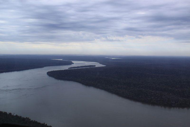 Vista área del río Iguazú y la selva colindante