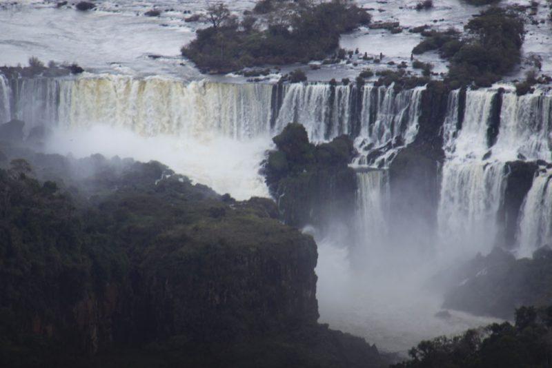 Saltos del lado argentino. En primer término, la isla San Martín