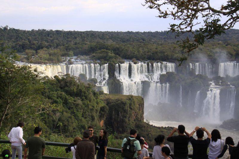 Turistas en uno de los balcones del lado brasileño