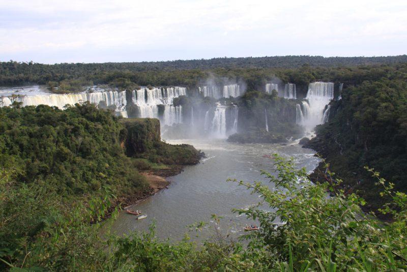 Panorámica de los saltos argentinos y la isla San Martín, desde el lado brasileño