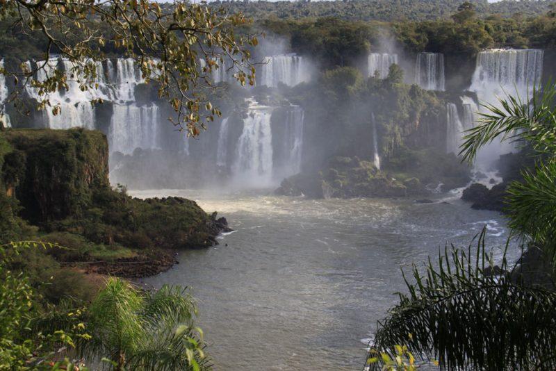 El río Iguazú fluye tras atravesar los saltos argentinos