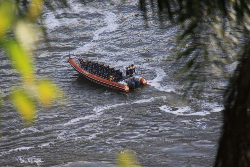 Una de las lanchas que llevan a los turistas casi hasta la base de las cascadas